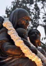 The monument  «Mother Teresa with children» in Calcutta (India). 2009, bronze (fragment)